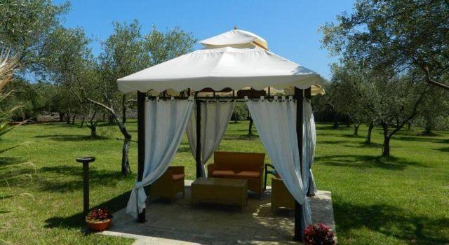 zone relax arredate con gazebo nel giardino di Masseria Baronali