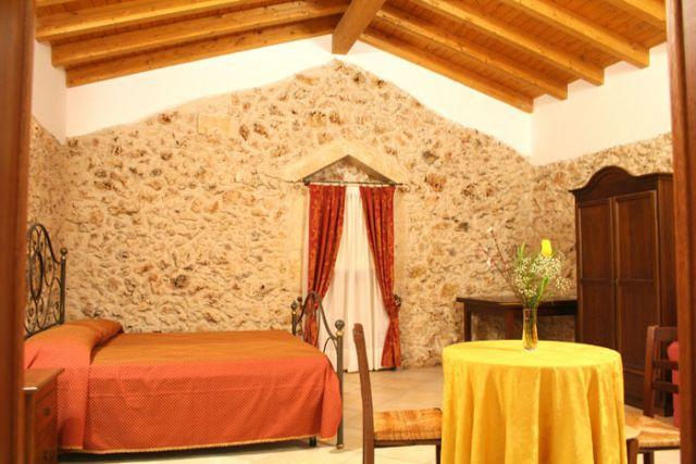suite con pareti in pietra a vista