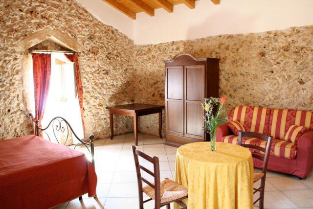 suite rustica con due ambienti comunicanti nella Masseria Baronali
