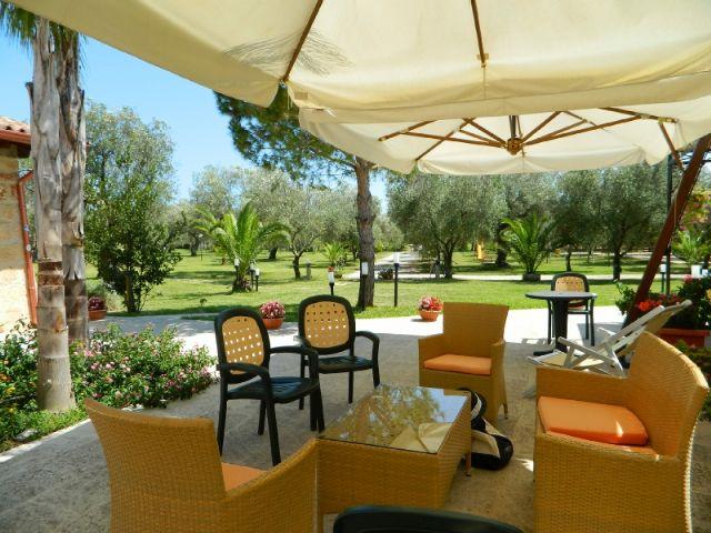 terrazza ombreggiata per il relax nel giardino dell'agriturismo