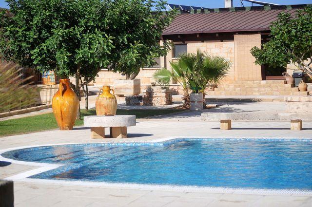 le antiche giare che decorano il bordo piscina