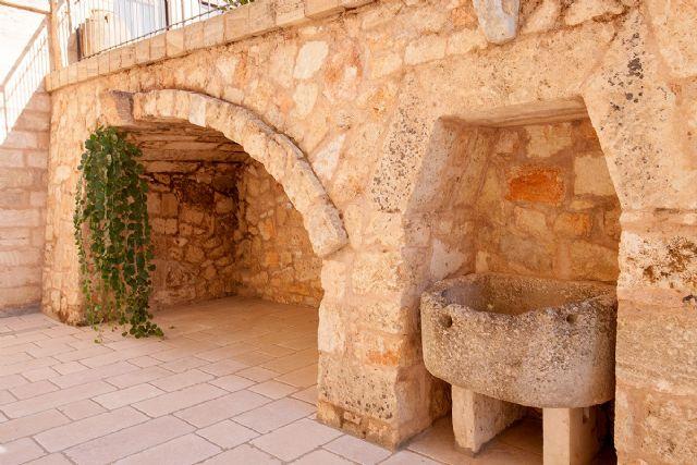 l'antico muro dirimpetto all'ingresso della dependance