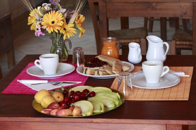 una ricca colazione a base di frutta e caffetteria