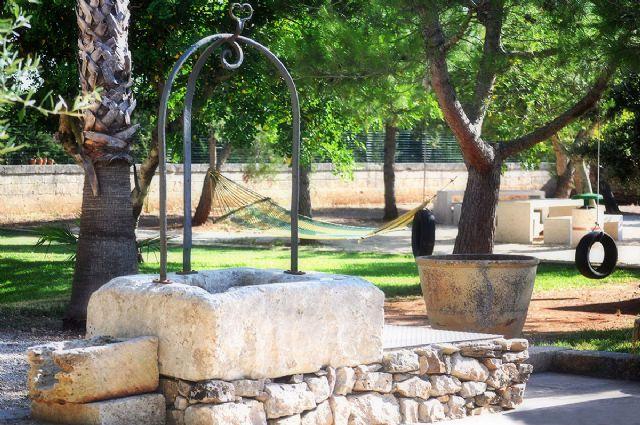 il pozzo in pietra nel giardino