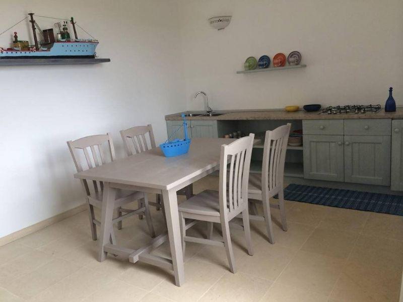 tavolo da pranzo e angolo cottura nell'appartamento