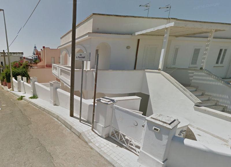 Palazzina in stile mediterraneo che ospita 6 appartamenti in affitto  a Pescoluse