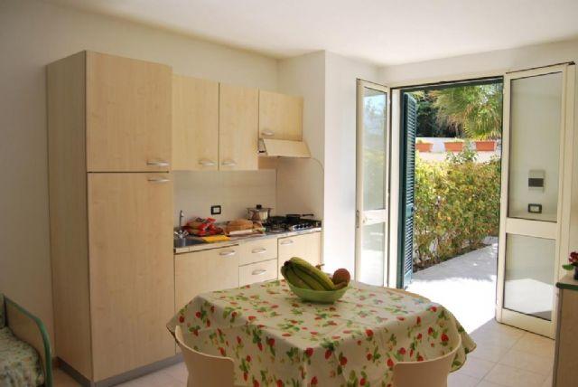 zona pranzo e zona cottura dell'appartamento bilocale con patio
