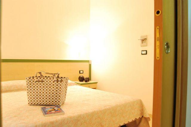 camera matrimoniale dell'appartamento bilocale con balcone