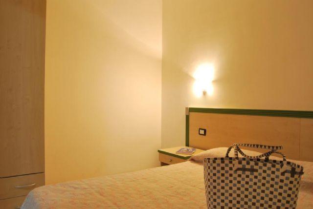 camera del bilocale con balcone al Vaìa