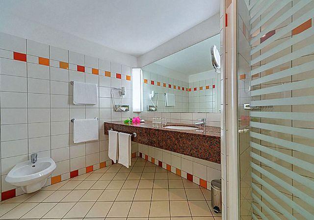il bagno nelle camere del robinson club apulia