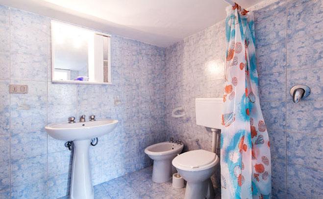 bagno  privato con box doccia della casa vacanza