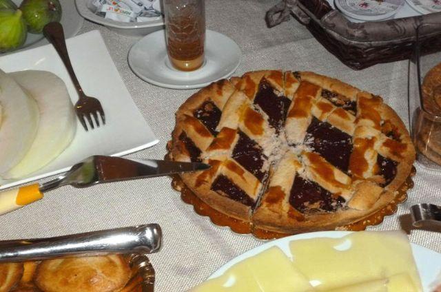 la ricca prima colazione a base di torte e crostate