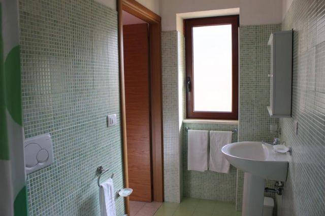 bagni nuovi e moderni provvisti di box doccia e asciugacapelli