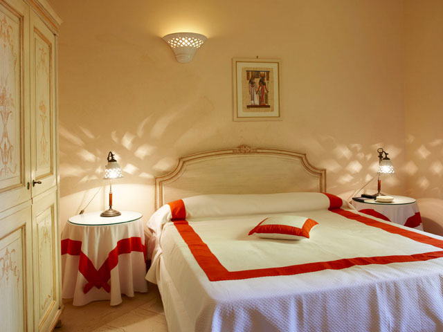 Camera da letto matrimoniale finemente arredata