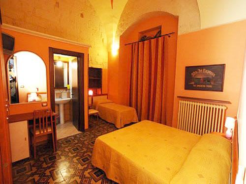 Camera matrimoniale con lettino aggiunto e bagno privato