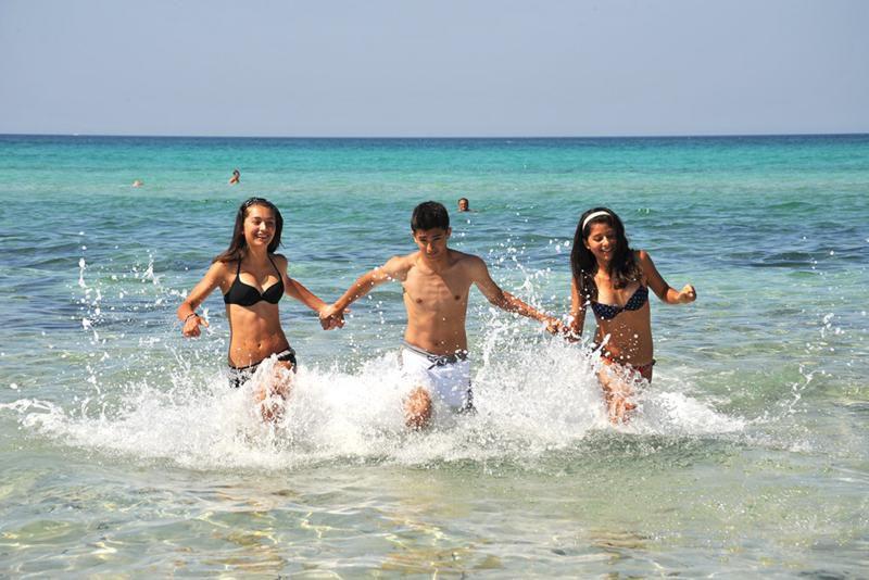 Spiaggia libera collegata al villaggio da servizio navetta