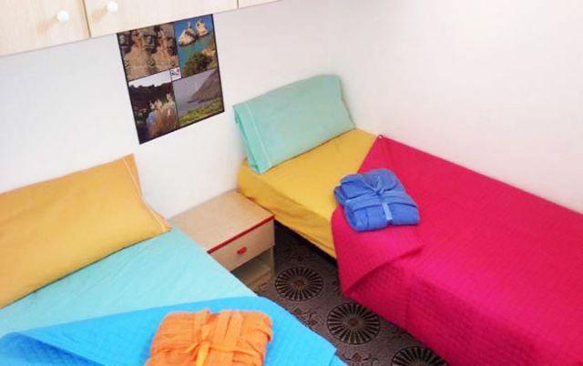la camera da letto con letti singoli