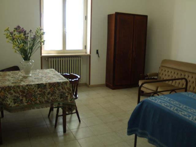 arredi in legno con divano, armadio e tavolo con sedie