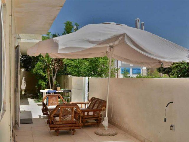 dotata di veranda sul mare arredata e con zona pranzo all'aperto
