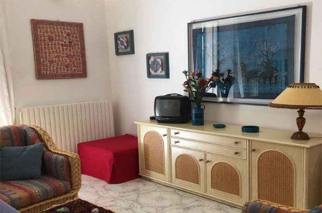 Il soggiorno della casa vacanza con i mobili in stile mediterraneo