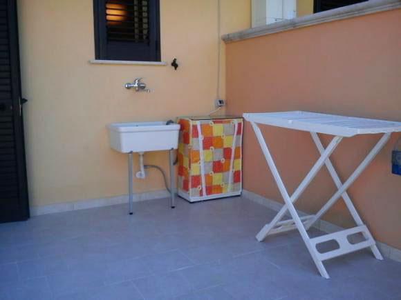 Ampio patio esterno attrezzato con gazebo e mobili da giardino