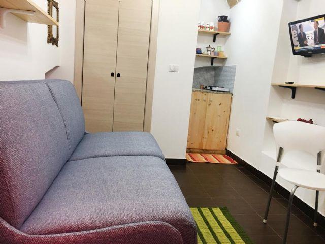 L'abitazione è arredata con mobili nuovi e mensole