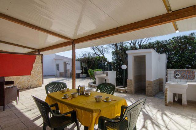 la zona pranzo all'aperto nelle veranda antistante la villetta