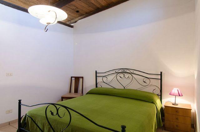 la camera con il letto matrimoniale in ferro battuto