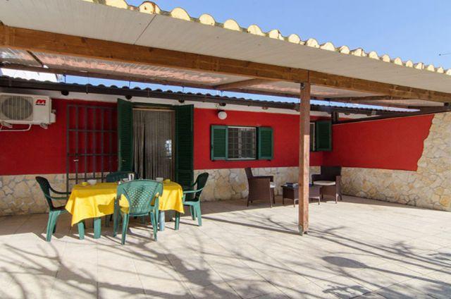 La veranda sul davanti di casa vacanza villetta Lara