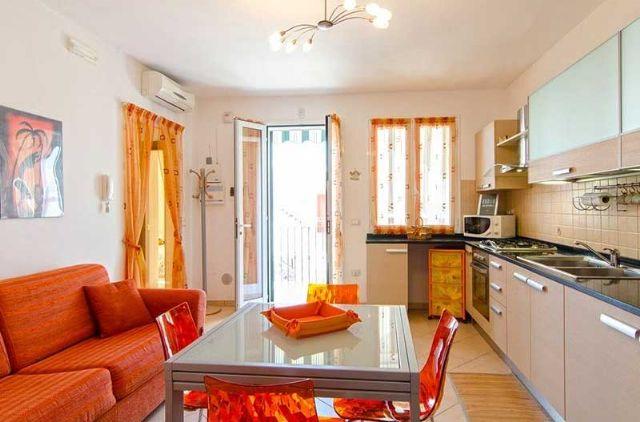 soggiorno e zona pranzo con accesso al balcone