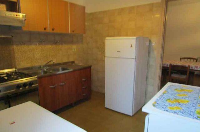 il cucinotto con angolo cottura e frigo con congelatore