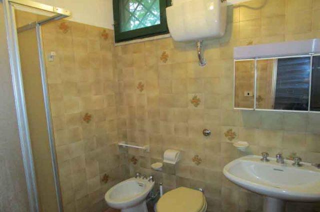 il bagno con bidet e lavabo