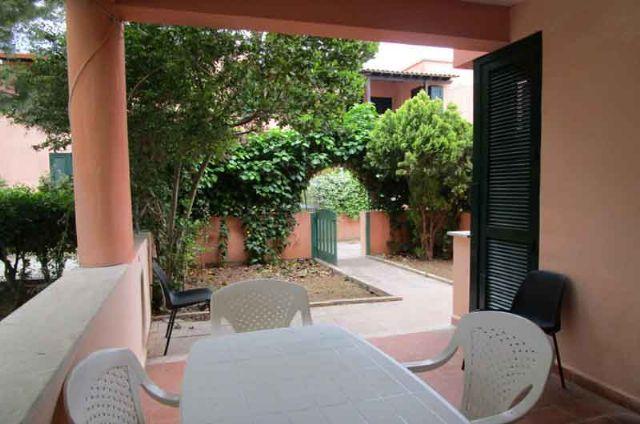 La veranda e il giardinetto sul davanti visti dall'interno dell'abitazione