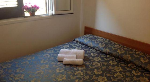 camere con letto matrimoniale in legno