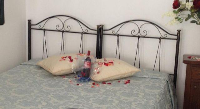 camera matrimoniale con letti in ferro battuto