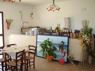 Il bar ristorante con servizio al tavolo e alla carta
