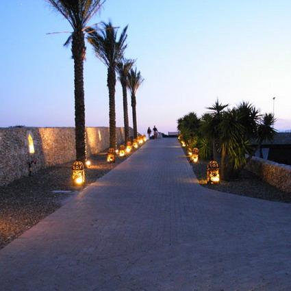 Viali alberati nel rigoglioso giardino del Resort Baia dei Turchi