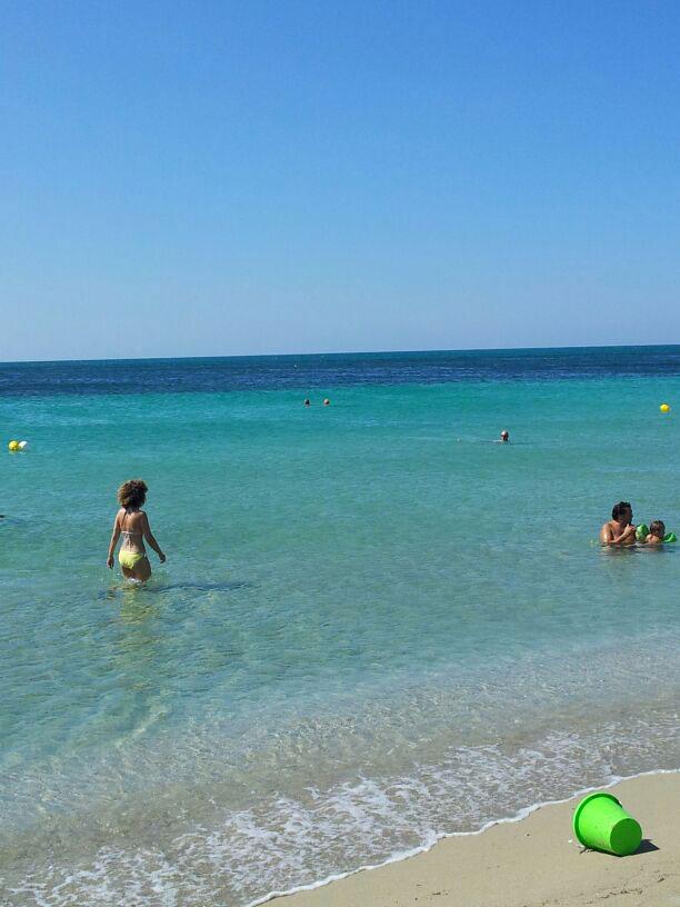 la spiaggia sabbiosa nelle vicinanze