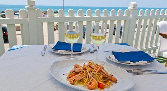 terrazze del ristorante Hotel Da Gianni con vista mare e spiaggia
