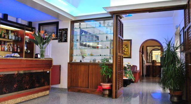 Il bar che effettua anche il servizio al tavolo nelle terrazze dell'albergo