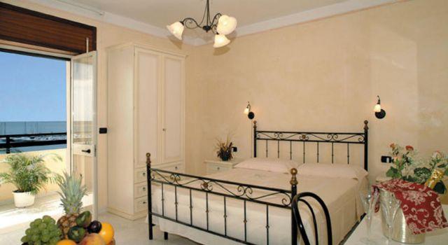 Alcuni letti nelle camere sono di fattura artigianale e in ferro battuto