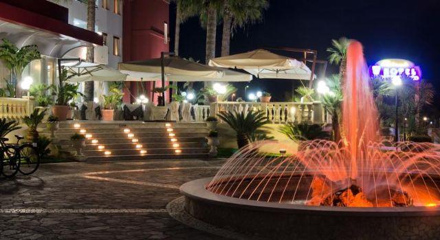 La fontana antistante l'hotel