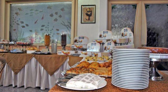 Alcune portate servite a buffet nella sala ristorante