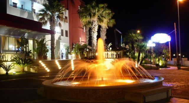 L'Hotel Mediterraneo in una immagine notturna