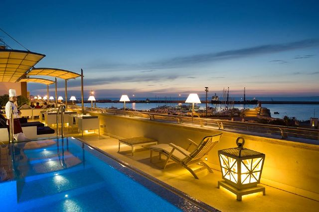 la suggestiva vista serale dalle terrazze del Palazzo del Corso Hotel