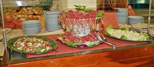 colazione, pranzo e cena vengono serviti a buffet