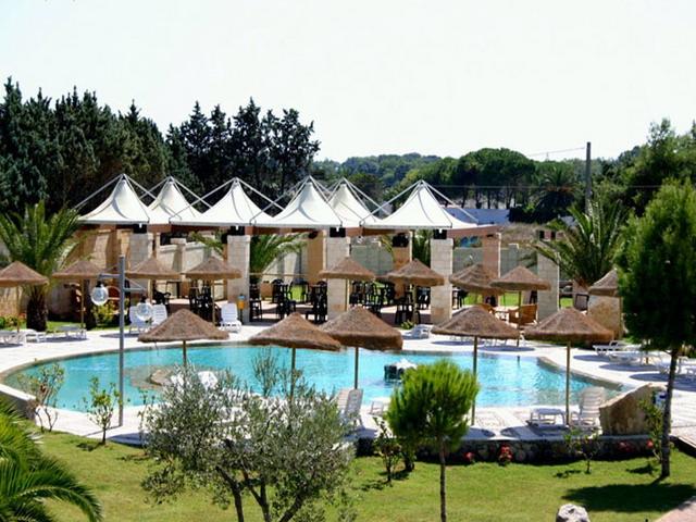 Esterni dell'hotel per vacanze con piscina e attrezzature per il divertimento