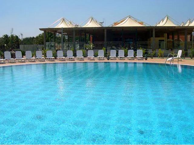 Bellissima piscina dell'hotel Thalas in notturno