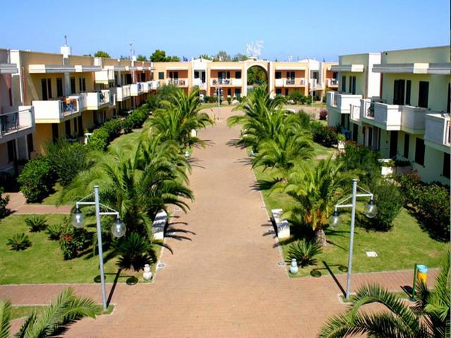 Esterni dell'Hotel Thalas con ampio spazio verde intorno
