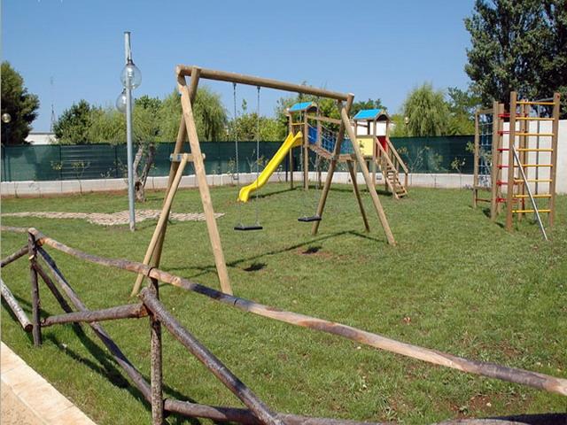 Spazi esterni attrezzati con giochi per bambini